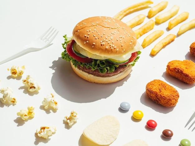 Hamburger con pepite, caramelle e popcorn Foto Gratuite