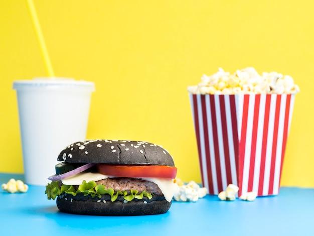 Hamburger con popcorn e soda Foto Gratuite