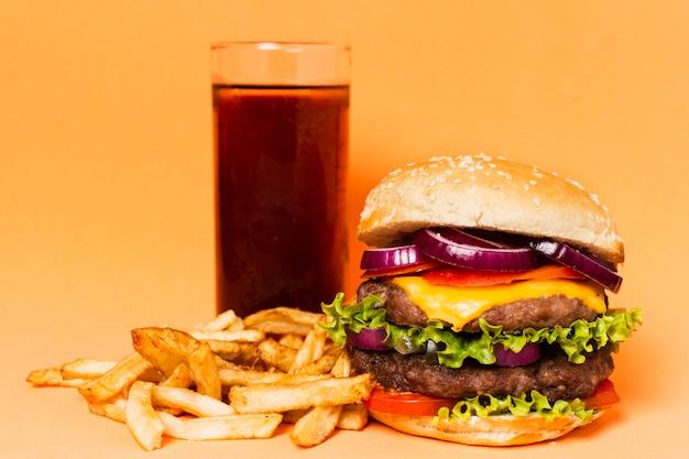 Hamburger con soda e patatine fritte Foto Gratuite