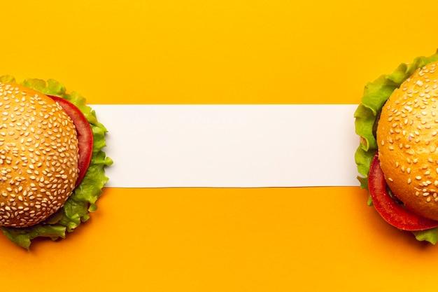 Hamburger con vista dall'alto con striscia bianca Foto Gratuite