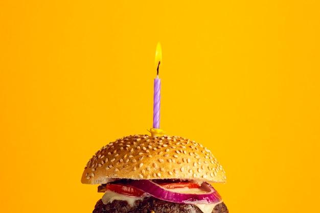 Hamburger di anniversario del primo piano Foto Gratuite