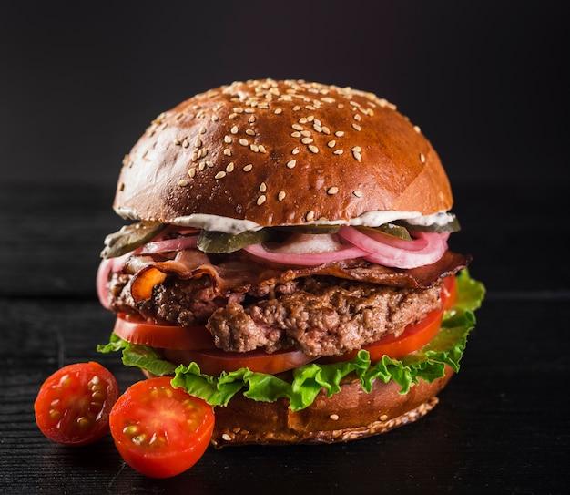 Hamburger di manzo con lattuga e pomodorini Foto Gratuite
