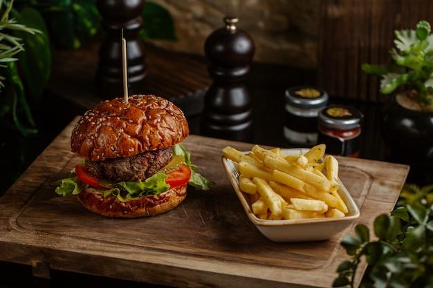 Hamburger di manzo e patate arrosto per una porzione. Foto Gratuite