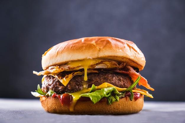 Hamburger di manzo fatto in casa. fastfood delizioso. avvicinamento Foto Premium