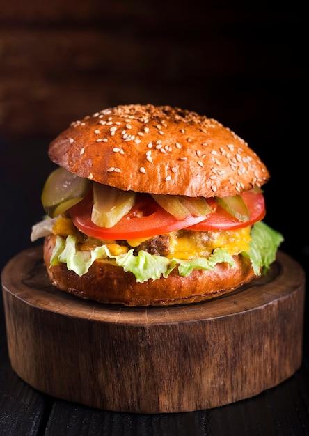 Hamburger di manzo gustoso pronto per essere servito Foto Gratuite