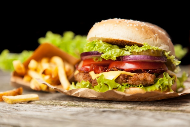 Hamburger e patatine deliziose Foto Premium