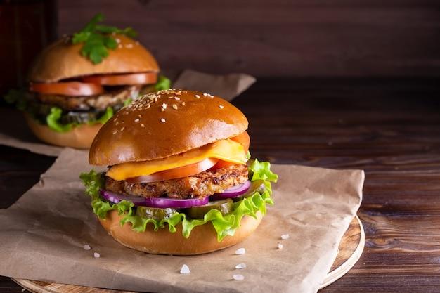 Hamburger fatti in casa con carne di manzo e cetrioli su legno Foto Premium
