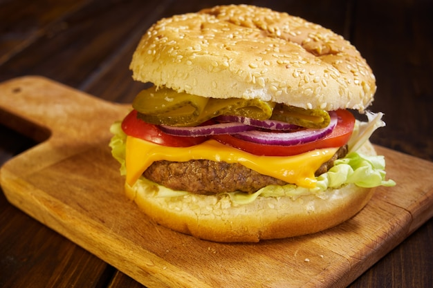 Hamburger in stile rustico Foto Premium