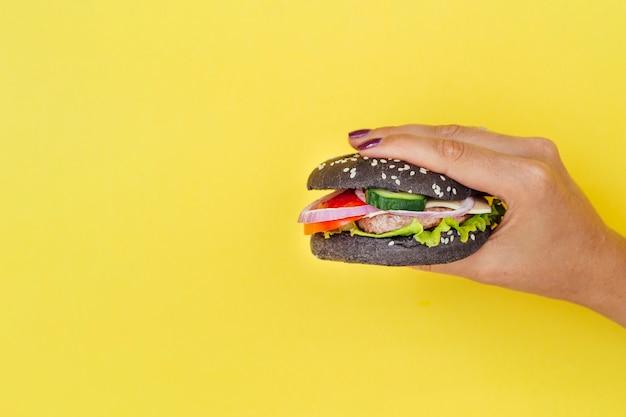 Hamburger nero con spazio di copia Foto Gratuite