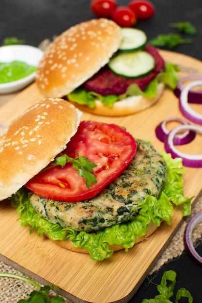 Hamburger sani ad alto angolo Foto Gratuite