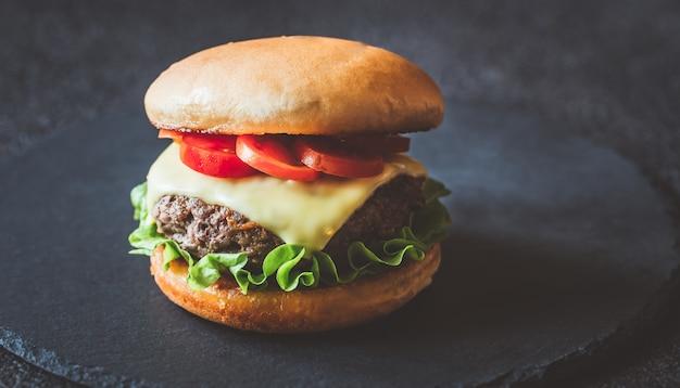 Hamburger sul bordo di pietra nera Foto Premium
