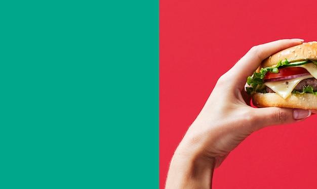 Hamburger tenuto con lo spazio della copia Foto Gratuite