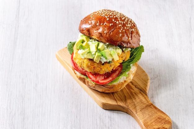 Hamburger vegano con carota Foto Premium