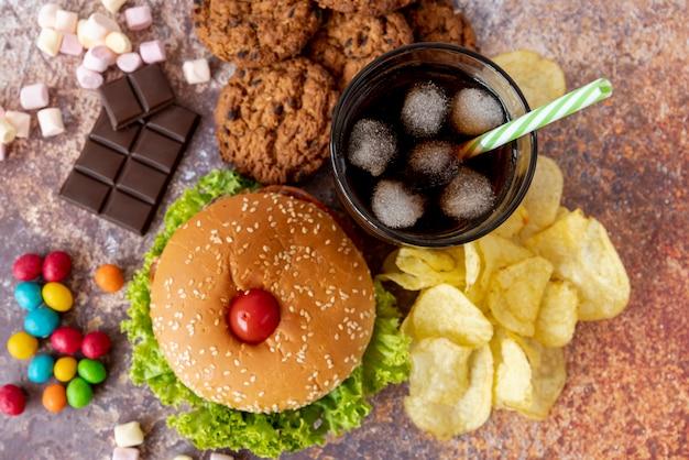 Hamburger vista dall'alto con snack Foto Gratuite