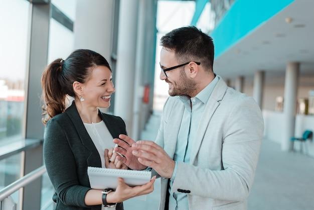 Happy coworkers entusiasti dei buoni risultati di business. Foto Premium