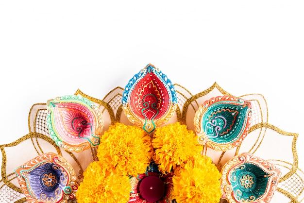 Happy diwali - lampade clay diya accese, festa indù della celebrazione delle luci Foto Premium