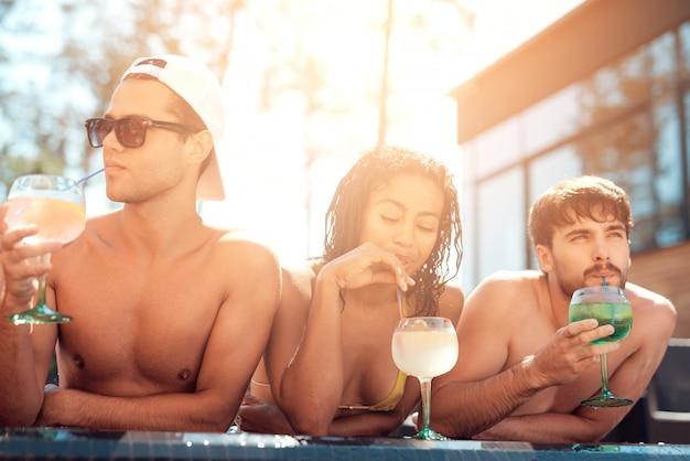 Happy friends enoying festa in piscina. concetto di vacanze estive Foto Premium