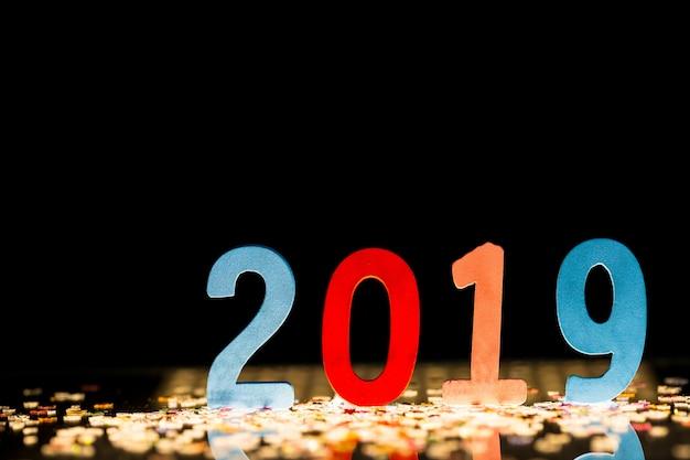 Happy new year 2019 la figura è realizzata in legno sulla superficie riflettente, copia spazio. Foto Premium