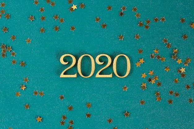 Happy new year 2020. testo creativo happy new year 2020 scritto in lettere di legno oro. Foto Premium