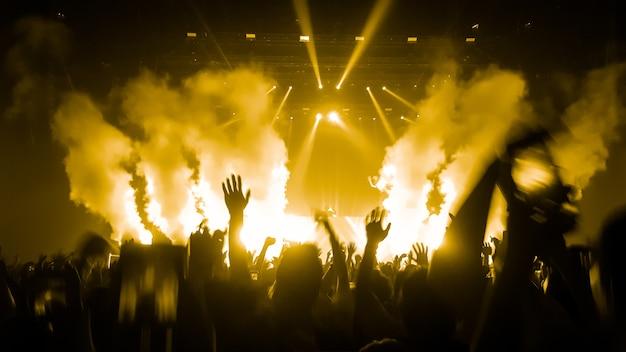 Happy people dance in concerto party nightclub Foto Premium