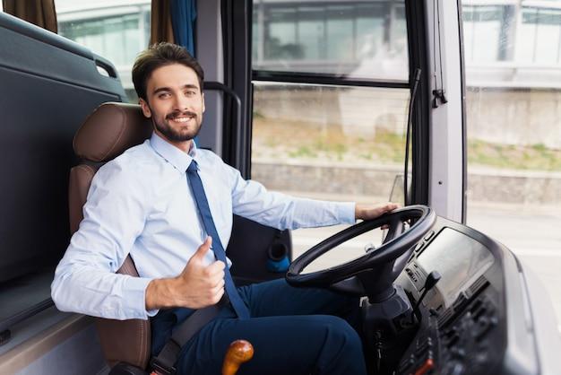 Hapy driver ama l'azienda di servizi di viaggio di lavoro. Foto Premium
