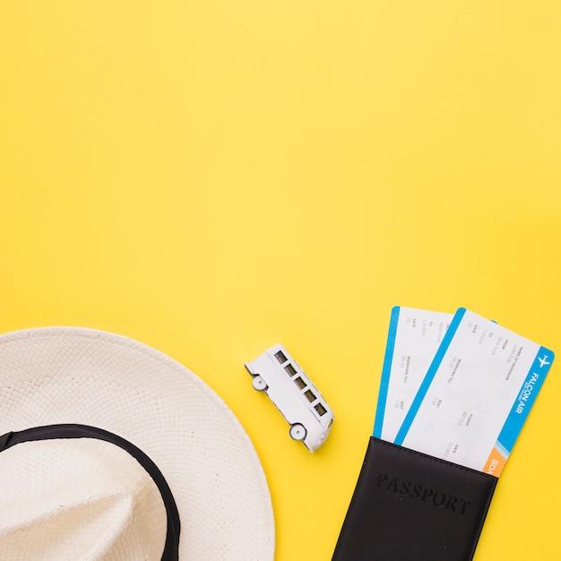 Hat, toy bus e biglietti Foto Gratuite