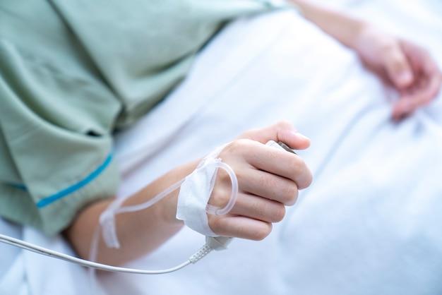 Holding della mano del paziente Foto Premium