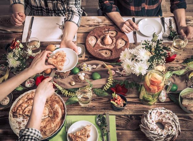 Home celebrazione di amici o familiari al tavolo festivo Foto Gratuite