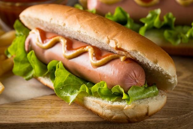 Hot dog alla griglia barbecue gustoso Foto Premium