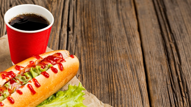 Hot dog con soda e copia spazio Foto Gratuite