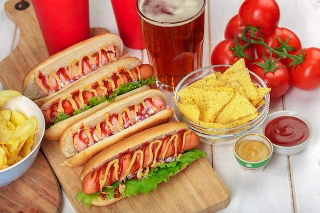 Hot dog su superficie di legno Foto Premium
