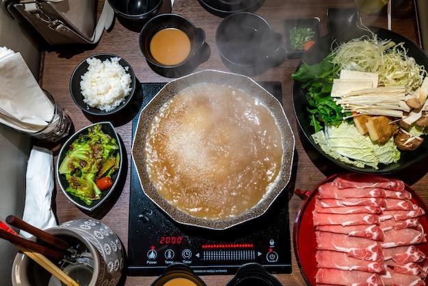 Hot pot per i giapponesi shabu shabu e sukiyaki Foto Premium