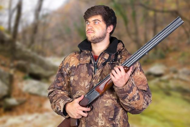 Hunter con il suo fucile Foto Premium