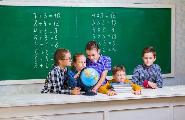 I bambini fanno matematica nella scuola elementare. Foto Premium