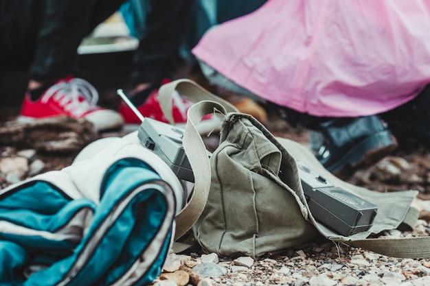 I bambini fanno un'avventura e una passeggiata in campeggio e giocano nella foresta. dettaglio Foto Premium