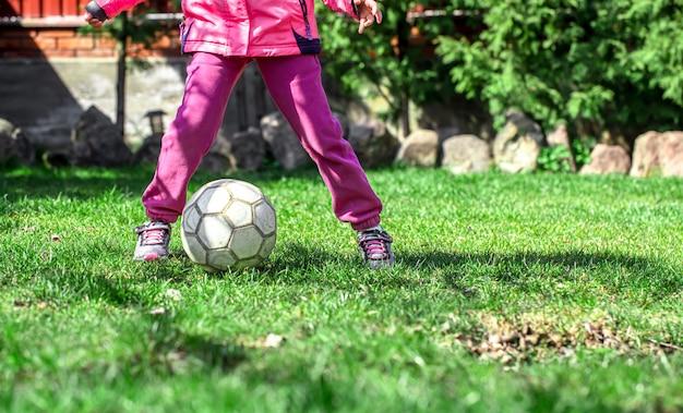 I bambini giocano a calcio sull'erba, tengono il piede sulla palla. Foto Gratuite