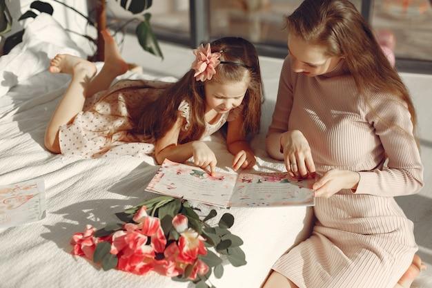 I bambini hanno dato i fiori alla mamma per la festa della mamma Foto Gratuite