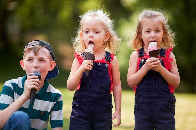 I bambini piccoli che mangiano gelati Foto Gratuite