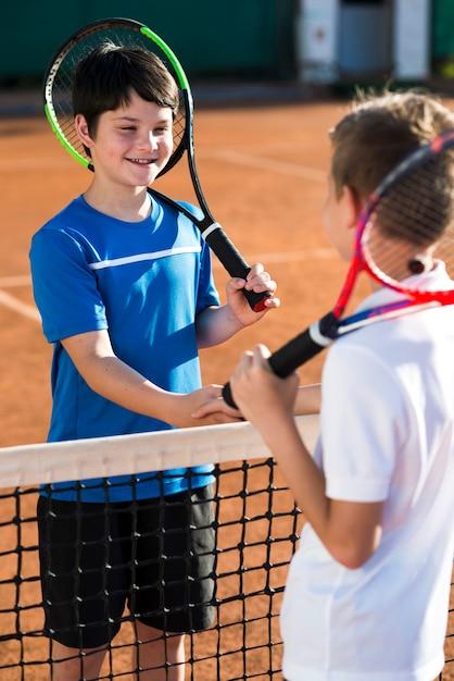 I bambini si stringono la mano prima della partita Foto Gratuite