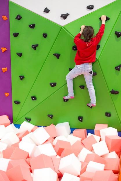 I bambini stanno saltando sul trampolino nel centro commerciale Foto Premium