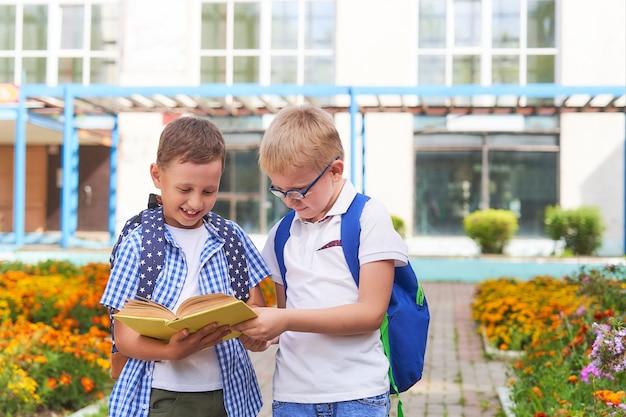I bambini studenti comunicano a scuola. Foto Premium