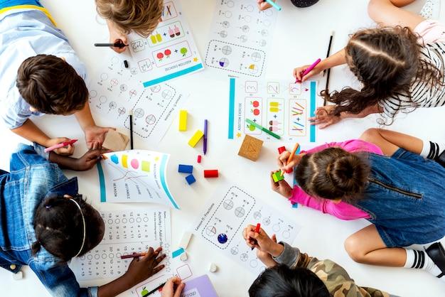 I bambini studiano insieme il concetto di istruzione Foto Premium