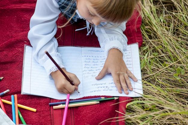 I bambini vanno in prima classe. studio con una lettera nel libro. giorni di scuola Foto Premium