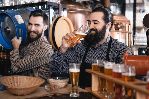 I baristi hanno birra artigianale birra oktoberfest pub. Foto Premium