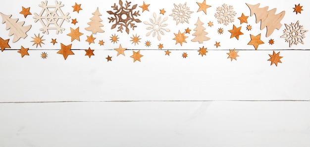 I bei precedenti di natale con molte piccole decorazioni di legno sullo scrittorio di legno bianco. Foto Premium