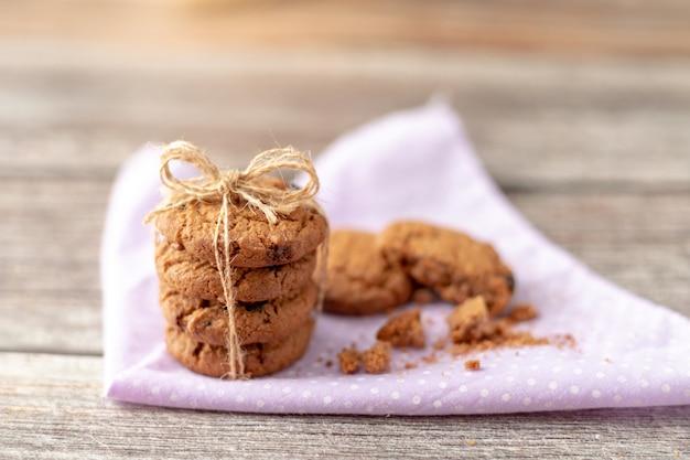 I biscotti sono impilati su fazzoletti Foto Premium