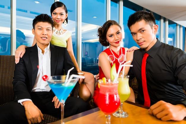 I cinesi bevono cocktail nel cocktail bar di lusso Foto Premium