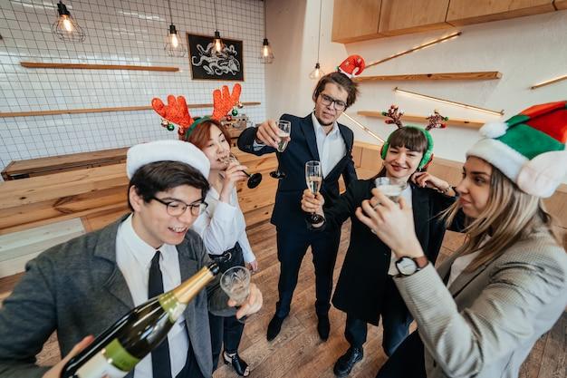 I colleghi felici in carica celebrano un evento speciale Foto Gratuite