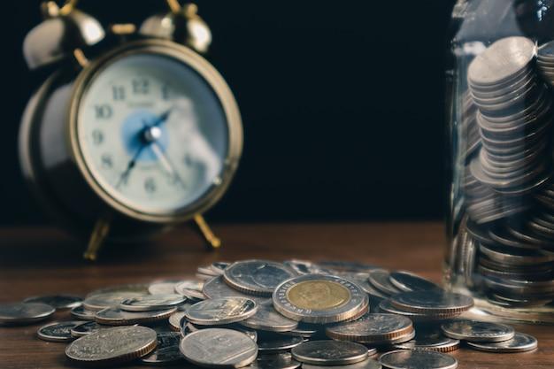 I concetti finanziari di affari risparmiano le monete dei soldi Foto Premium