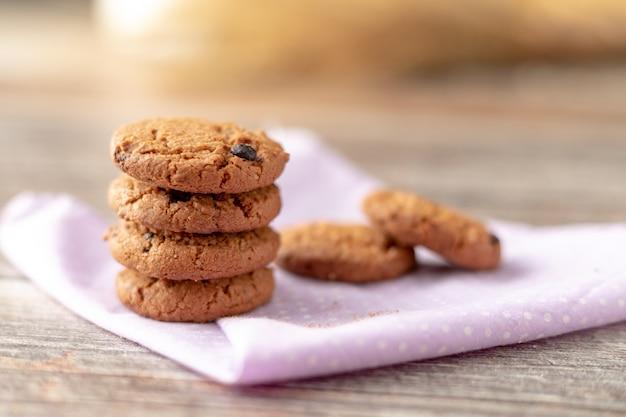 I cookie sono impilati su fazzoletti Foto Premium